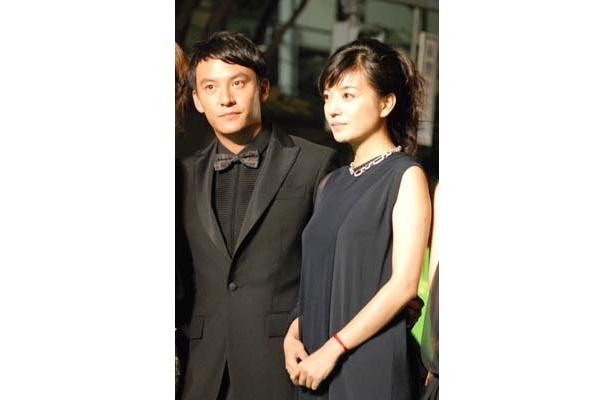 アジアを股にかけて活躍するチャン・チェン(左)とビッキー・チャオ。チャン・チェンのプリーツのシャツに注目