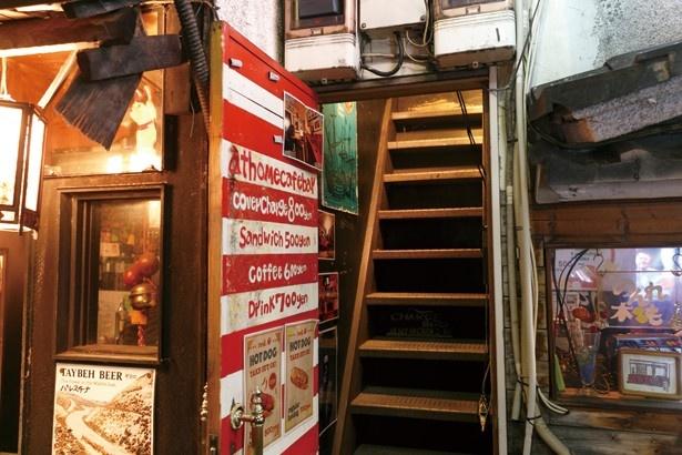 傾斜の急な階段を上って2Fへ上がる/red.