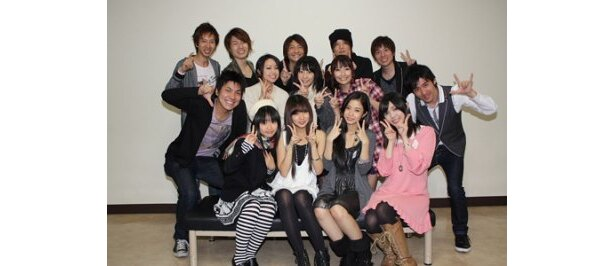 「あにゃまる探偵キルミンずぅ」のキャストたちと対面したNeko Jumpの2人(写真前列中央)