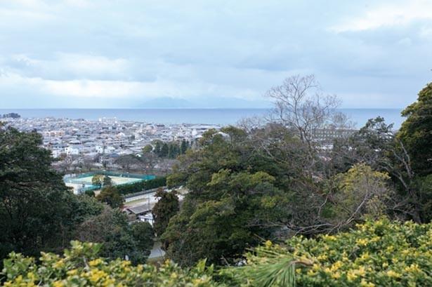 天守東側の着見櫓跡に広がる展望台や西の丸からは琵琶湖など湖東に景色を一望できる/彦根城