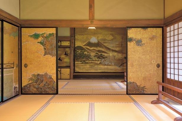 奥書院の鶴の間に描かれる襖絵。江戸時代に描かれたもので、狩野派の名のある絵師によるものとされる/多賀大社
