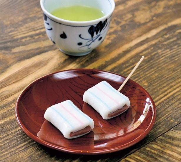 100%米粉を主原料に自家製こしあんなど、こだわりの「糸切餅」(120円/2個)はお茶付き。おみやげ用(600円/10個など)もあり/糸切餅総本家 多賀や