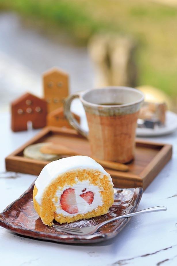 「ロールケーキ」(400円)など本日のケーキは手作り。オリジナルブレンドの「ドリップコーヒー」(400円)などセットで50円引き/藝やカフェ