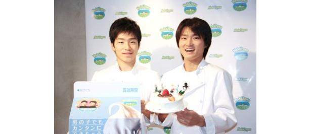 初めて作ったケーキに大満足! ジャルジャルの後藤淳平(左)と福徳秀介(右)