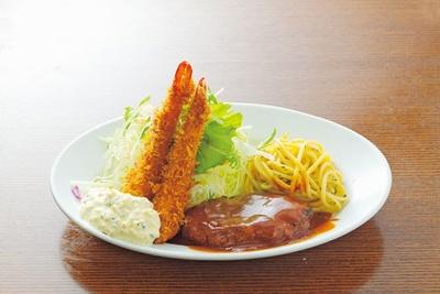 定番の「ランチ」(980円)には、洋食の王道、ハンバーグとエビフライの盛り合わせが乗っている/洋食の朝日