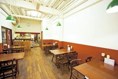 白と木目調のシンプルな空間。天井も高く過ごしやすい/洋食の朝日