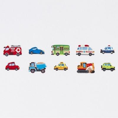リアルに描かれた乗り物や標識は子供の想像力も育む