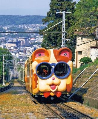 【写真を見る】鳥居前駅~宝山寺駅間を走るかわいいケーブルカー「ブル」と「ミケ」/生駒ケーブル