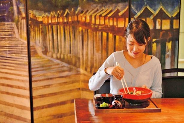 そばの野菜は根菜が中心。門前町にある店らしく、精進料理のようなメニュー/蕎麦食処 六根亭