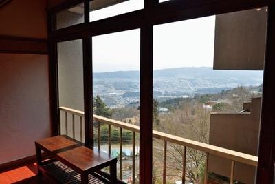 山の斜面に立つ店からは、生駒市内が一望。絶景を見ながら食べるそばはまた格別の味/蕎麦食処 六根亭