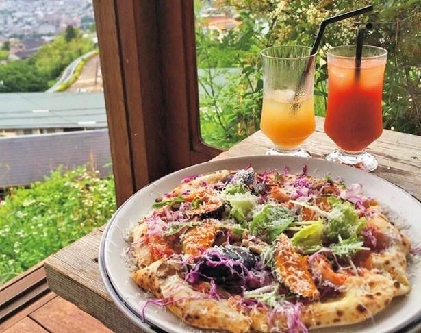 オリジナルピザに日替りの前菜、サラダ、ドリンクが付く「雲亭オリジナルPIZZAランチセット」(2700円)/山の石窯ピッツァ 雲亭