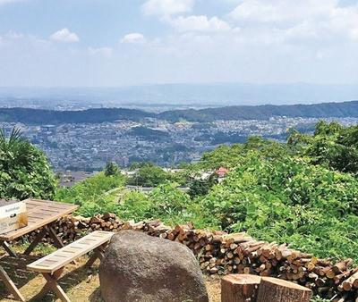 眺望抜群の庭で食べれば気分も爽快。若草山や東大寺なども見られる大パノラマ/山の石窯ピッツァ 雲亭