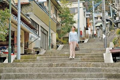 駅から宝山寺までは情緒ある石畳の参道を歩く/宝山寺