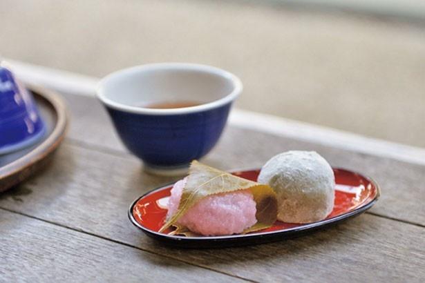 境内にある茶屋の「桜餅と豆大福のセット」(300円)/宝山寺