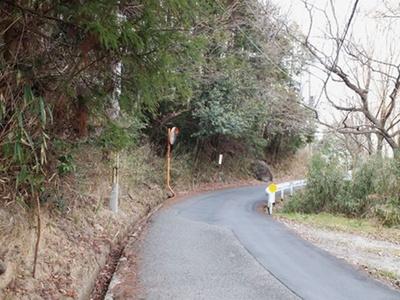 カフェまでは、途中急な坂もあるが、舗装された歩きやすい道が続く/宝山寺