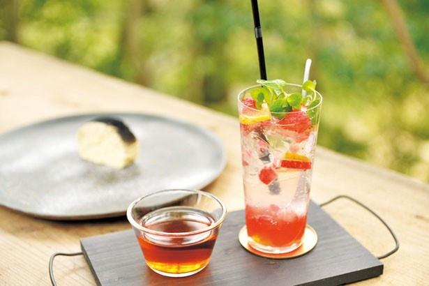 「和紅茶の月ヶ瀬有機紅茶」(左・600円)と「季節のシロップジュース」(右・600円)/マホロバ フォレスト