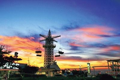 夕日に映える「飛行塔」。GWは営業時間が延長される日もあるので、西の空が赤く染まる夕暮れに出合うことができるかも/生駒山上遊園地