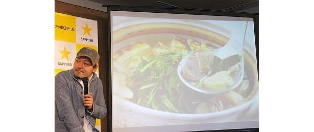 スクリーンに映っているのは、ケンタロウさんが開発したビールに合う鍋料理「白鍋」。トリガラベースのすっきりとした味