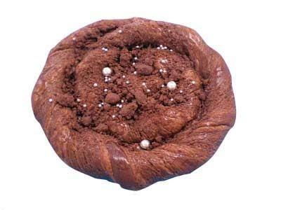 「ブラックホールチョコ」には、銀河を思わせる砂糖菓子が(126円)