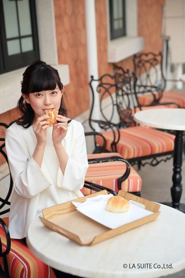 【写真を見る】愛らしくパンを頬張る渡辺美優紀さん