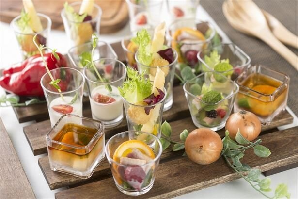 【写真を見る】オリエンタル料理を中心に、約100種類の料理が用意。画像は「夏のアミューズ」