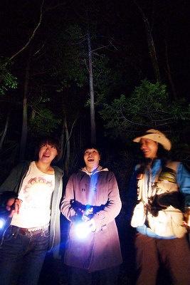 撮影のため明るくしているが、実際は真っ暗闇で、隣の人も見えない