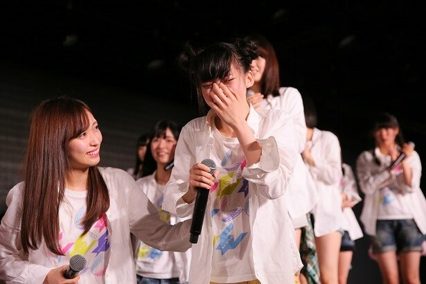 速報1位を聞き涙を流すNGT48・荻野由佳(右)