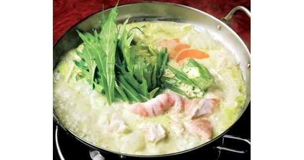 """クリームスープにバジルの香り漂うまるでポタージュスープのような「バジルクリーム鍋」。ほかにも料理人の技と工夫が詰まった""""進化鍋""""はいっぱいだ"""