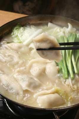 ブレイク中の博多炊き餃子を入れた「炊きギョーザ鍋」(横浜市関内「紅や」)