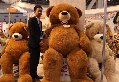 【写真を見る】座っているのに成人男性より大きい!240cm熊のぬいぐるみ