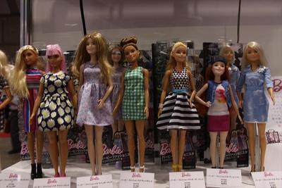 最新ファッションを身にまとうバービー人形