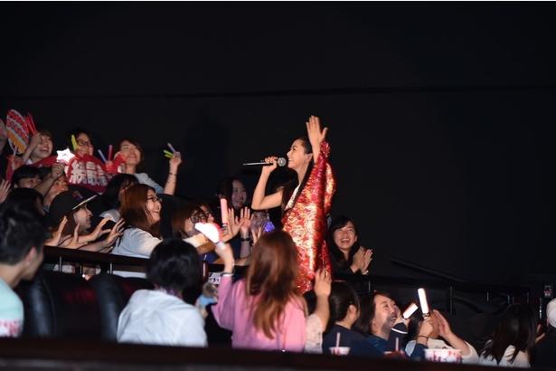 倉木麻衣が応援上映にサプライズで登場し、主題歌を熱唱!