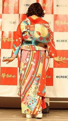 花や金魚、折り鶴など古典的なモチーフを現代的にアレンジ