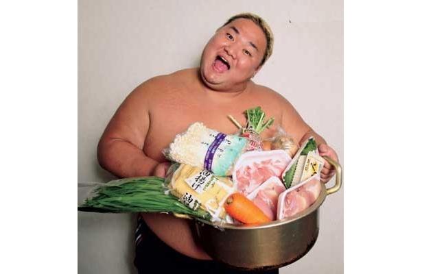 全日特製「浜パワーちゃんこ」を教えてくれたのは、アジアタッグ王者の浜亮太選手。元大相撲力士の浜選手が作るだけあって、栄養バランスがとれた超スタミナ鍋だ