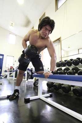 大和ヒロシ選手が片手で持ち上げるダンベルはなんと一つ40kg!