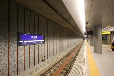 石を用いたクールな壁面の大江橋駅のホーム