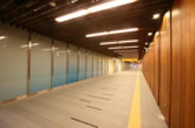 ブルーのグラデーションが美しい中之島駅のコンコース