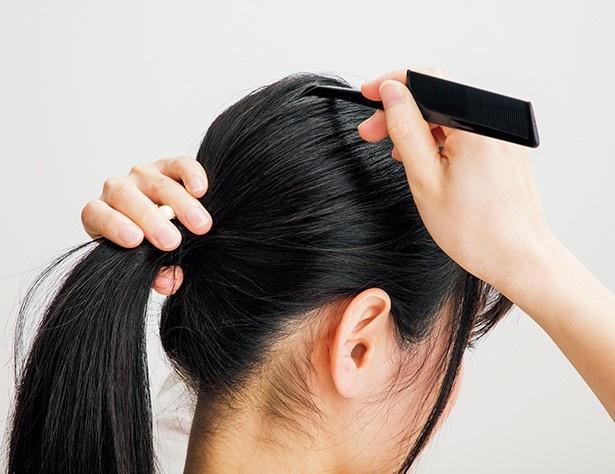 コームの先や指先で後頭部の髪をつまんで引き上げ、高さを出す