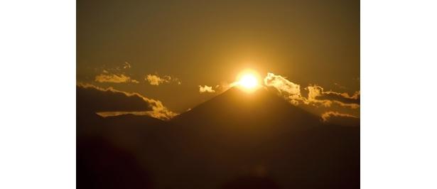 """「高尾山 山頂」から眺めるダイヤモンド富士。気候や地理の条件を満たしたときしか見ることができない""""瞬間の芸術""""だ"""