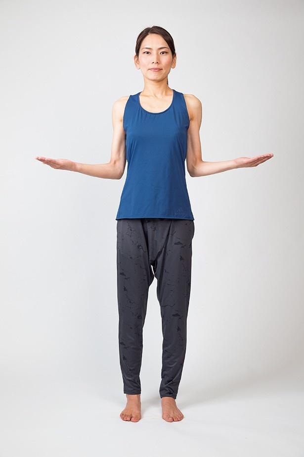 正しい姿勢のつくり方2:ひじの位置を変えずに、ゆっくり手を体の真横に移動させる