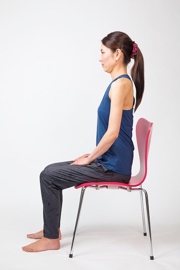 【写真を見る】正しい座り方は、骨盤を立てて、左右のお尻に均等に体重をかける