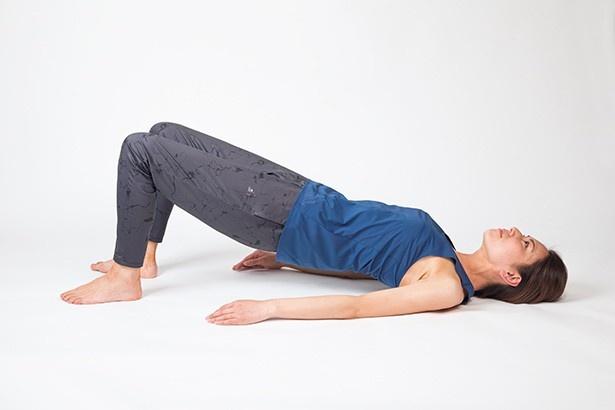 ヒップリフト2のNG。ろっ骨部分を突き出してしまうと、腰に負担が!