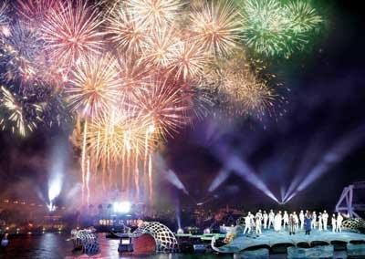 花火やパイロ(演出用特殊花火)が夜空を彩る「カウントダウン・モーメント」など、「ユニバーサル・カウントダウン・パーティ2010」は見どころいっぱいだ