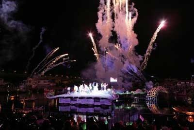 ラグーンのピーターパン・ステージで行われるカウントダウン・ショーでは、豪華な花火がパークの夜空を彩る「カウントダウン・モーメント」
