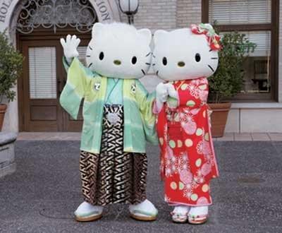 パレード以外でも、キャラクターたちが登場する。ハローキティとダニエルも和装でお出迎え