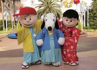 パレード以外でも、キャラクターたちが登場する。チャーリーブラウンは赤い帽子がよく似合う黄色の和服