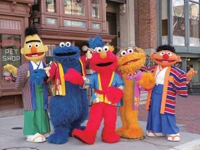 パレード以外でも、キャラクターたちが登場する。セサミストリートの仲間たちは色鮮やかな和装で登場