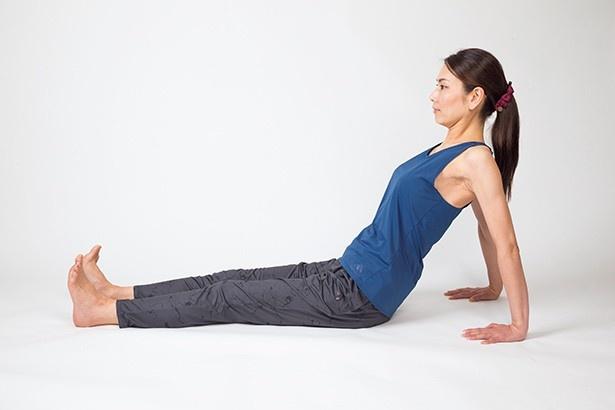 チェストオープン1:脚を伸ばし腰幅に開いて座る