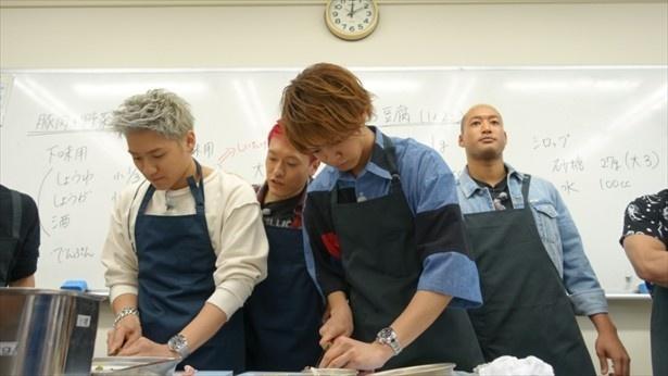番組企画で高校の調理実習に参加するGENERATIONSの面々