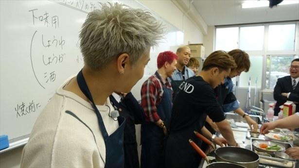 メンバーがそろって調理台に。男の料理、出来上がりはいかに?